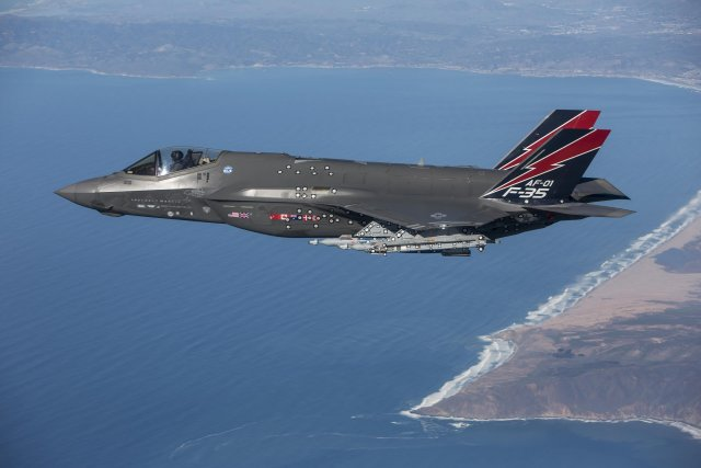 USAF F 35 fighter jet fires an AIM 9X Sidewinder missile for the first time 640 001