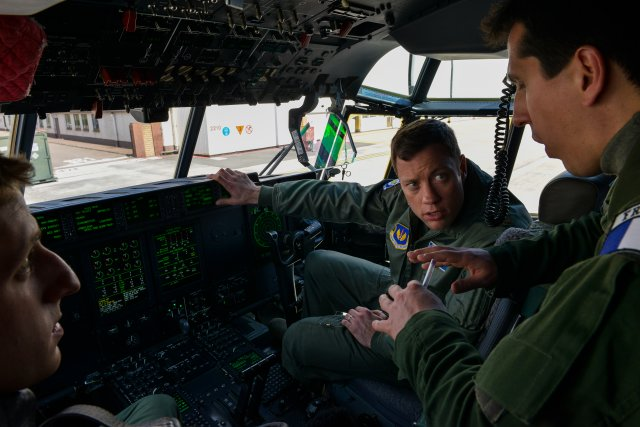 French Air Force ilots familiarize on US C 130J airlifter at Ramstein air base 640 001