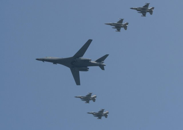 USAF flies B 1B bombers over South Korea amid tension with DPRK 640 001